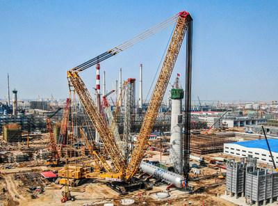 Novo recorde de capacidade de guindaste: o guindaste sobre esteiras XGC88000 conclui a instalação do reator de hidrogenação de 2.600 toneladas na China 10 dias antes do previsto. (PRNewsfoto/XCMG)