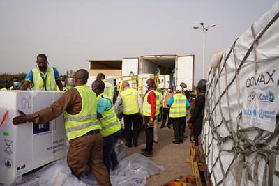 À Accra, au Ghana, des travailleurs chargent dans un camion la première cargaison de vaccins contre la COVID-19 du Mécanisme COVAX. (Groupe CNW/Canadian Unicef Committee)