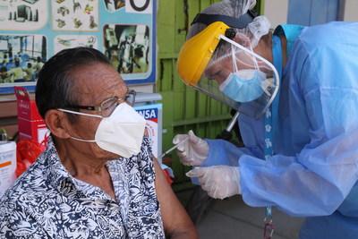 À Lima, au Pérou, des travailleurs essentiels et des personnes âgées ont commencé à recevoir des vaccins contre la COVID-19. (Groupe CNW/Canadian Unicef Committee)