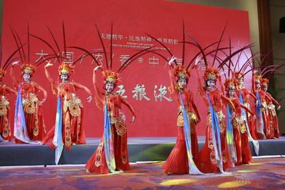 A foto mostra uma apresentação de dança em um banquete na Conferência anual do Fórum de Boao para a Ásia de 2021. (PRNewsfoto/Xinhua Silk Road)
