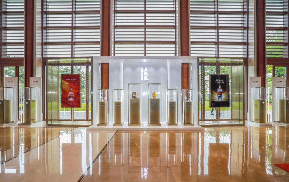 A foto mostra os principais produtos da Wuliangye exibidos na Conferência anual do Fórum de Boao para a Ásia de 2021. (PRNewsfoto/Xinhua Silk Road)