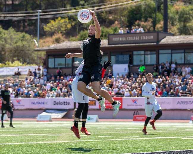 Jeff Babbitt of the New York Empire makes a catch vs the Dallas Roughnecks in AUDL Championship 8.