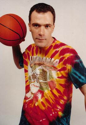 """Niujorko gatvės menininkas Gregas Spearsas, garsių Lietuvos krepšinio ir dažų """"Slam-Dunking Skullman"""" megztinių kūrėjas ir licenciatas.  Kaklaraiščiais dažytas """"Slam Dunking Skeleton"""" prekės ženklas visame pasaulyje išgarsėjo kaip buities ikona ir legendinė olimpinės istorijos dalis.  Prekės ženklas buvo nuolat parduodamas nuo 1992 m. Autorių teisės priklauso 1992 m. Gregui Speirui / Licencijos davėjui.  """"Lithuania Tie Dye®"""" ir """"Lithuanian Slam Dunking Skeleton®"""" yra Greg Speirs priklausantys prekių ženklai.  (PRNewsfoto / Skullman.com)"""