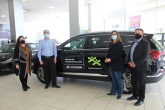 来自BGC俱乐部的代表在Montréal在Hyundai Gabriel St Jaques提供现代Santa Fe。从右到右:何塞伊马林,现代加拿大高级区销售经理;道德森俱乐部乍得政府;Cents Commentaire Centalautaire董事玛丽·鲁萨院长,道森俱乐部;和彼得鳕鱼Poti,东区东部地区经理现代加拿大(CNW集团/现代汽车加拿大公司)