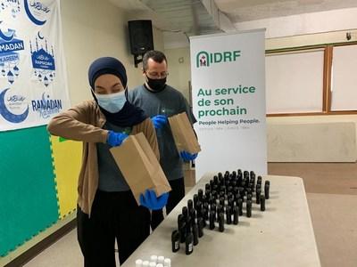 Les volontaires de l'IDRF assemblent des kits d'hygiène pour les personnes sans domicile. (Groupe CNW/International Development and Relief Foundation)