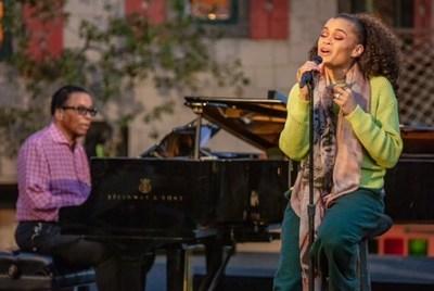 """""""O lendário pianista de jazz Herbie Hancock e a aclamada vocalista Andra Day se apresentam no All-Star Global Concert do International Jazz Day 2021.""""  (Steve Mundinger para o Herbie Hancock Institute of Jazz)"""