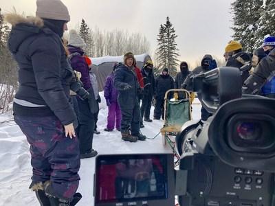 Matt LeMay en train de filmer une randonnée en traîneau à chiens avec un groupe de Metis Nation of Ontario youth, à Sunshine (Ontario). (Groupe CNW/Société géographique royale du Canada)
