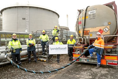 First delivery of pyrolysis oil for polymer production at the LyondellBasell site in Wesseling, Germany (facial masks were briefly taken down to take this image).