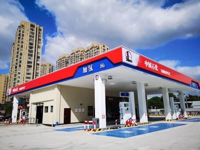 Cette station de ravitaillement en hydrogène de Sinopec en Chine est fonctionnelle, et 100 autres stations similaires devraient être construites et exploitées en 2021. (PRNewsfoto/Sinopec)