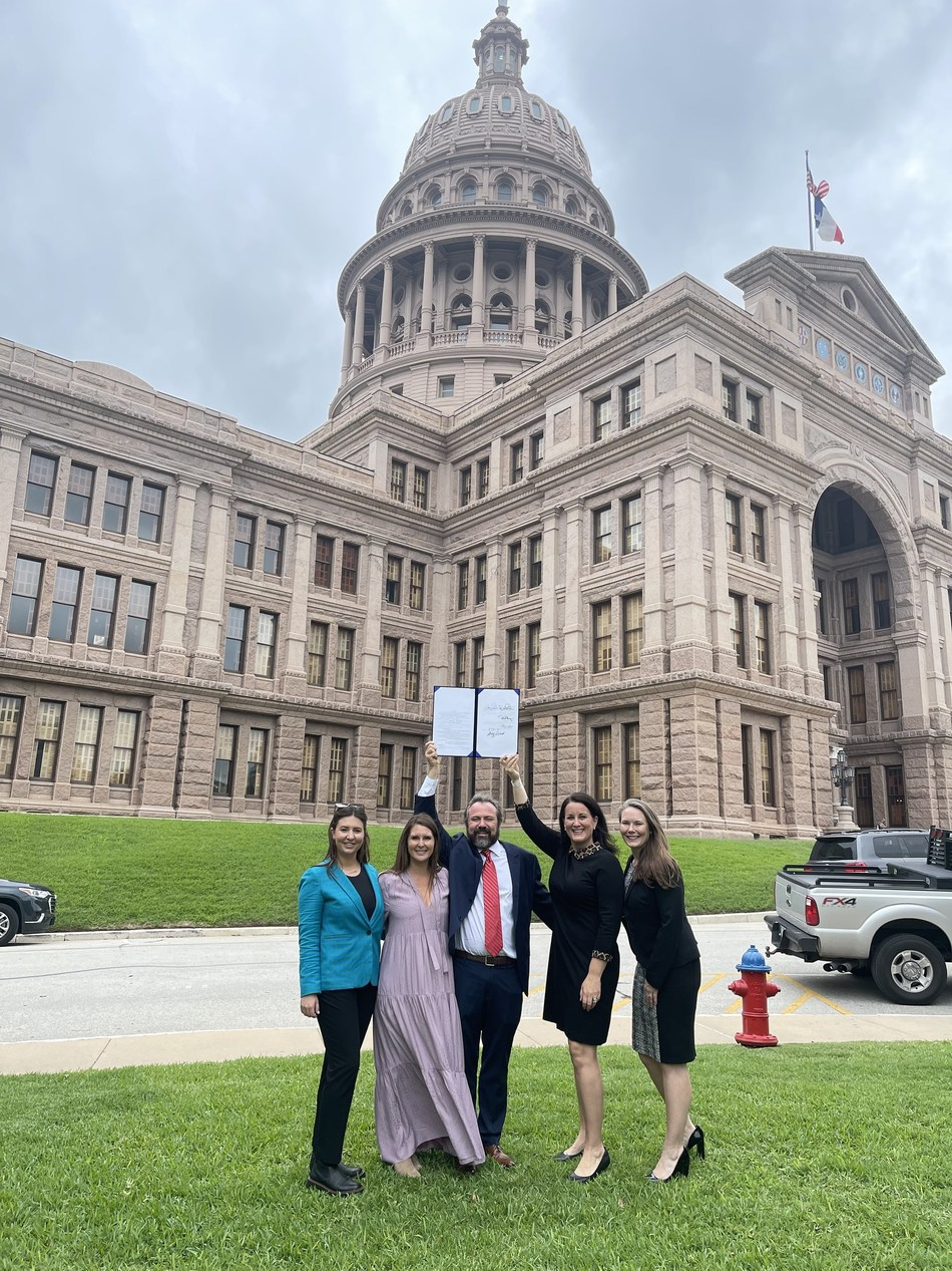 Laura Schulte, Paige Winstanley, and Ellis Winstanley of El Arroyo and Dr. Emily Williams Knight and Kelsey Erickson Streufert of Texas Restaurant Association celebrate the win in front of the Texas Capitol.