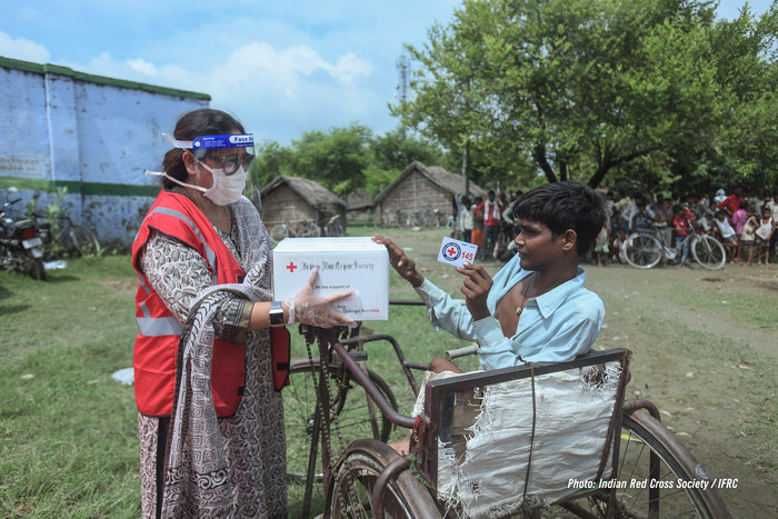 Dr. Himabindu Naik, General Secretary of Indian Red Cross Society (IRCS), Uttar Pradesh branch, distributes a relief package to Shafeeq at a flood relief distribution camp at Sitapur district, Uttar Pradesh in September, 2020. (CNW Group/Domino's Pizza)