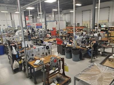 Funcionários da Keystone Turbine Service trabalham em peças e conjuntos de motores.