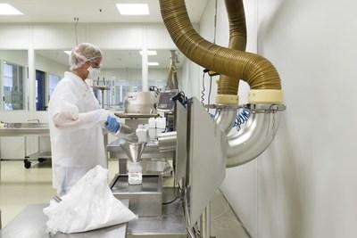 Envase do novo produto colesterol sintético da Merck nas instalações da empresa em Darmstadt, Alemanha. Este novo produto é mais de 99% puro, oferece alta consistência entre lotes e é escalável sob Boas Práticas de Fabricação (BPF).