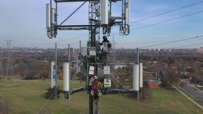 A Bell technician installs 5G network equipment at a cell site in suburban Toronto (CNW Group/Bell Canada)