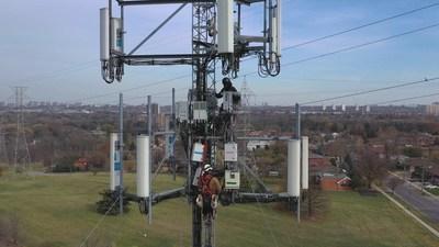 Un technicien de Bell installe l'équipement du réseau 5G sur un site cellulaire en banlieue de Toronto (Groupe CNW/Bell Canada)