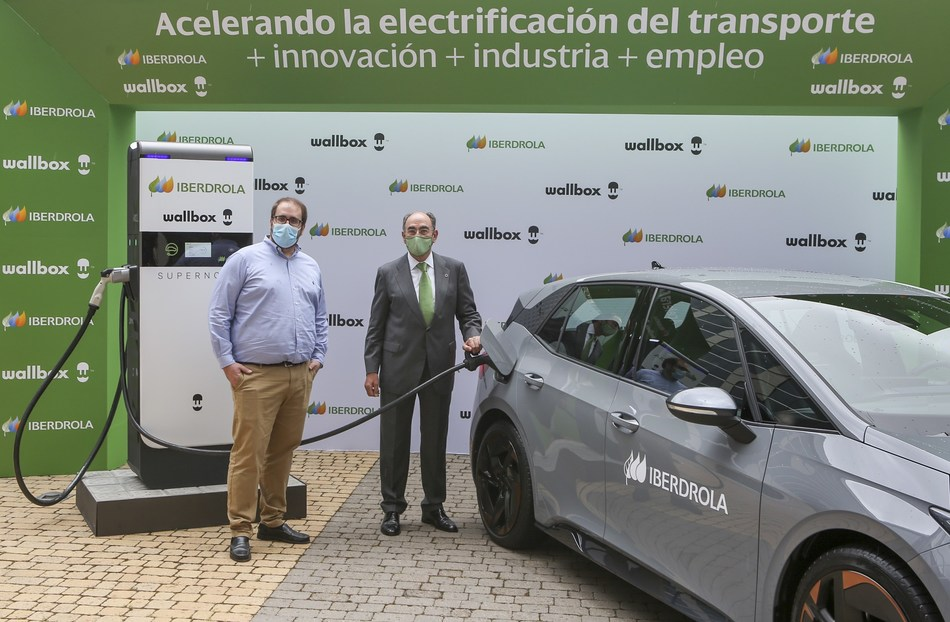 Iberdrola is acquiring the first Supernova fast chargers from the electric vehicle smart charging manufacturer Wallbox, that it will install globally, in the markets in which it operates. This agreement was announced by the Chairman of Iberdrola, Ignacio Galán, and the Co-Founder and CEO of Wallbox, Enric Asunción, at the commissioning of the first prototype of this charge point at the energy company's headquarters in Madrid.