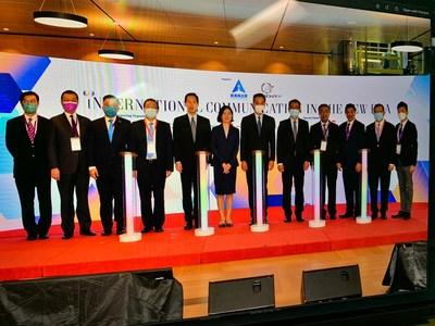 (a partir da esquerda) Dr. Henry Ho, Prof. Witman Hung, Sr. Nicholas Chan, Sr. Tam Yiu Chung, Sr. Bernard Chan, Sra. Lu Xinning, Sr. Leung Chun Ying, Sr. Paul Chan, Sr. Yang Yirui, Dr. Herman Hu, Dr. Kennedy Wong, Dr. Vincent Ho (PRNewsfoto/Friday Culture Limited)