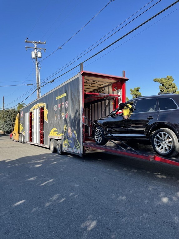 Η Good Greek Auto Transport προετοιμάζει ένα φορτηγό όχημα σε ένα νέο κλειστό ρυμουλκό μεταφοράς