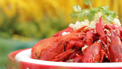 Suning.com helps farmers in Xuyi County in eastern China's Jiangsu Province with the sale of the local specialty crawfish