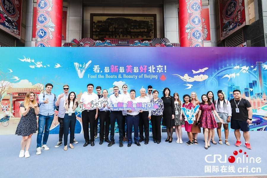 Group photo of leaders, guests and foreign influencers attending the ceremony [Photo by Li Xiaogang]