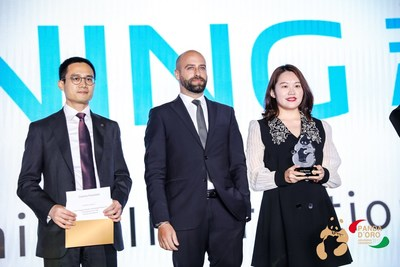 Melody Jia (right), General Manger of Suning International received the award