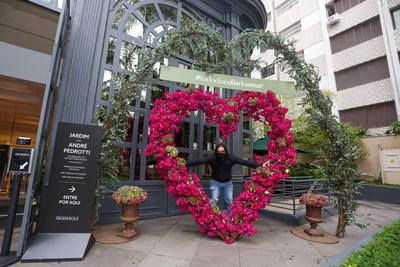 Paisagista Andre Pedrotti e sua criação: coração de flores coloridas.