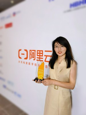 Dr. Qingqing ZHANG accepts the award on behalf of Magic Data Tech.