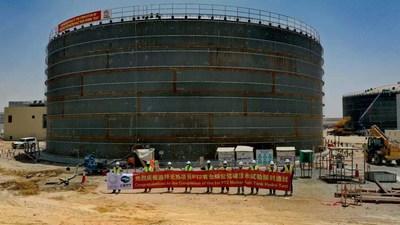 Trabalhadores da obra comemoram a conclusão do primeiro teste hidrostático do tanque de sal fundido para a Parabolic Trough Plant-II (PT2) da quarta fase do parque solar Mohammed bin Rashid Al Maktoum (PRNewsfoto/Shanghai Electric)