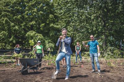 Le maire de l'arrondissement de Rosemont-La Petite-Patrie s'est joint aux citoyennes et citoyens bénévoles qui ont planté les arbres de la microforêt du parc du Pélican. Crédits : Charles-Olivier Bourque - Arrondissement de Rosemont-La Petite-Patrie (Groupe CNW/Ville de Montréal - Arrondissement de Rosemont - La Petite-Patrie)