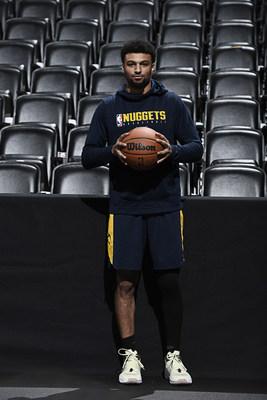 Jamal Murray, membro da equipe consultiva da Wilson e armador principal do Denver Nuggets, segura a nova bola de jogo oficial da NBA.