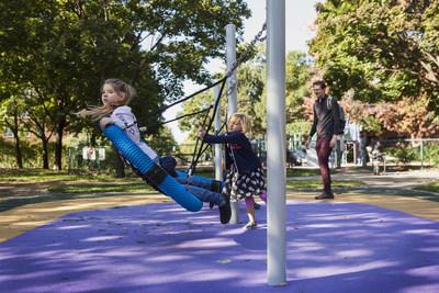 Jeux universellement accessibles au parc du Lac-à-la-Loutre (Groupe CNW/Ville de Montréal - Arrondissement du Sud-Ouest)