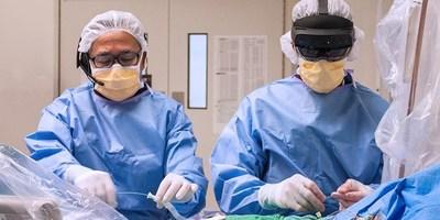 Le chirurgien cardiaque Dr. Felix Ma et le cardiologue Dr. Ali Abualsaud portant le HoloLens à la droite (Groupe CNW/Medtronic Canada ULC)