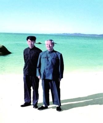 Foto de arquivo de Xi Jinping (esquerda) com seu pai, Xi Zhongxun. /CMG (PRNewsfoto/CGTN)