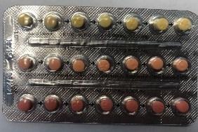 B) Linessa 21 - Plaquette alvéolaire de 21 pilules emballée correctement, avec une première rangée de pilules jaune clair, suivie de pilules orange, puis de rouge. (Groupe CNW/Santé Canada)