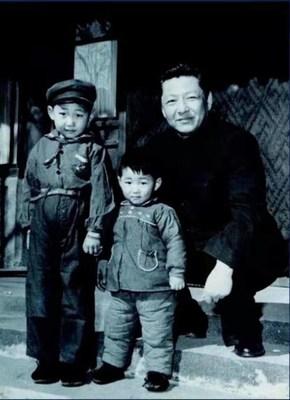 Arquivo fotográfico de Xi Zhongxun (direita) com seus filhos Xi Jinping e Xi Yuanping. (PRNewsfoto/CCTV+)