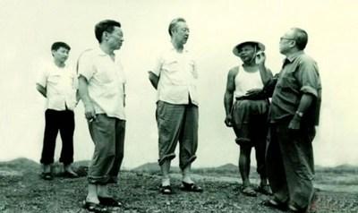 Xi Zhongxun (centro) visita o interior de Huiyang, na província de Guangdong, no sul da China, em agosto de 1978. (PRNewsfoto/CCTV+)
