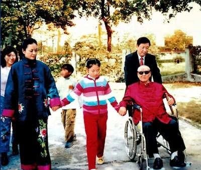 Arquivo fotográfico de Xi Jinping (ao fundo à direita) com seu pai, Xi Zhongxun (na frente à direita), sua esposa, Peng Liyuan (na frente à esquerda) e sua filha (na frente no centro). (PRNewsfoto/CCTV+)