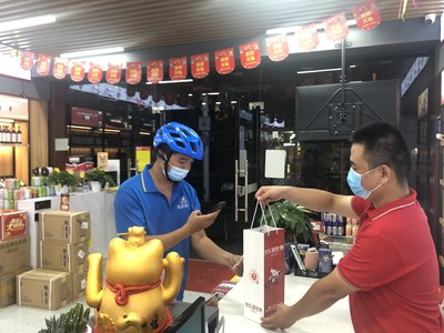 At midnight on June 18th, a Dada Now rider picked up drink orders from a JD Liquor World store in Xiamen