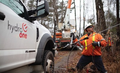 A Hydro One powerline worker repairing equipment following a severe wind storm in November 2020. (CNW Group/Hydro One Inc.)