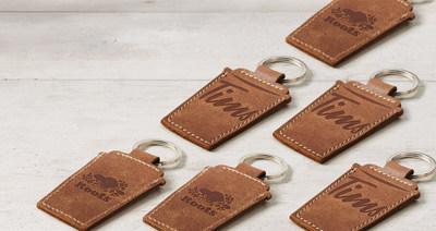 Tim Hortons® et Roots font équipe pour lancer un porte-clés en cuir en forme de tasse à café, fabriqué au Canada en édition limitée. (Groupe CNW/Tim Hortons)
