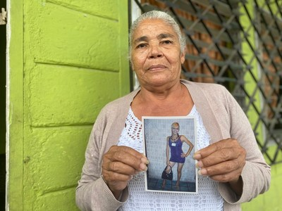 Vicky's mother, Rosa Hernández, holds a photo of her trans daughter. (Courtesy of Reportar Sin Miedo)
