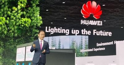 Ryan Ding fazendo um discurso (PRNewsfoto/Huawei)