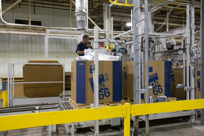 Um trabalhador embalando um polímero na planta de Pensacola da Ascend. A planta é a maior unidade de produção integrada de poliamida 66 do mundo e foi recentemente reconhecida pela GM com um Prêmio de Fornecedor de Qualidade (PRNewsfoto/Ascend Performance Materials)