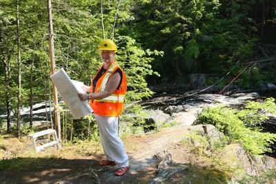 Bernadette Jordan, députée de South Shore--St. Margarets, visite le parc national et lieu historique national Kejimkujik pour voir le nouveau pont permanent résistant au climat en cours de construction sur la rivière Mersey près de l'aire de fréquentation diurne des Chutes-Mill, après que l'ancien pont flottant a été endommagé par l'ouragan Dorian en 2019. Source : Parcs Canada (Groupe CNW/Parcs Canada)