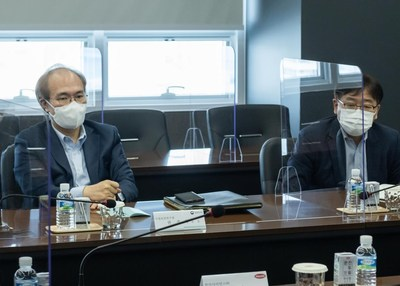 (Photo) Mr. Kwon Jun-Wook, President of KNIH (left) and Mr. Kim Do-Geun, Research manager of infection disease vaccine (right) are asking questions to Hanmi personnel on the mRNA technology capability of Hanmi Science.