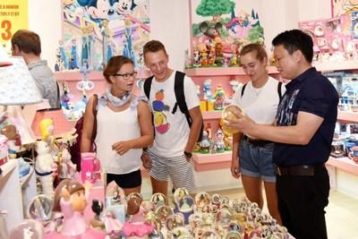 Foto mostra comerciantes estrangeiros buscando produtos de porcelana chinesa no condado de Dehua, cidade de Quanzhou, na província de Fujian, sudeste da China. (PRNewsfoto/Xinhua Silk Road)