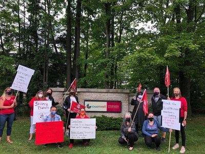 Health care workers rally against Chartwell's proposal to cut sick days. (CNW Group/Unifor)