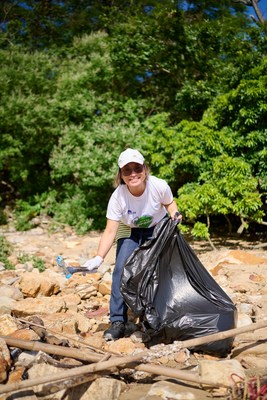 Sally Wan, AXA's Chief Executive Officer cleaned up all kinds of beach wastes at Tung Wan to call for reducing waste together by making changes in daily life.