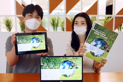 LG Innotek employees are presenting the '2020-2021 LG Innotek Sustainability Report.' This report introduces the company's new ESG vision, relevant organizations, and major ESG efforts and achievements.