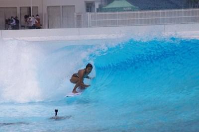 Mahina Maeda pegando um tubo em preparação para a estreia do surfe nos Jogos Olímpicos. (PRNewsfoto/American Wave Machines, Inc.)